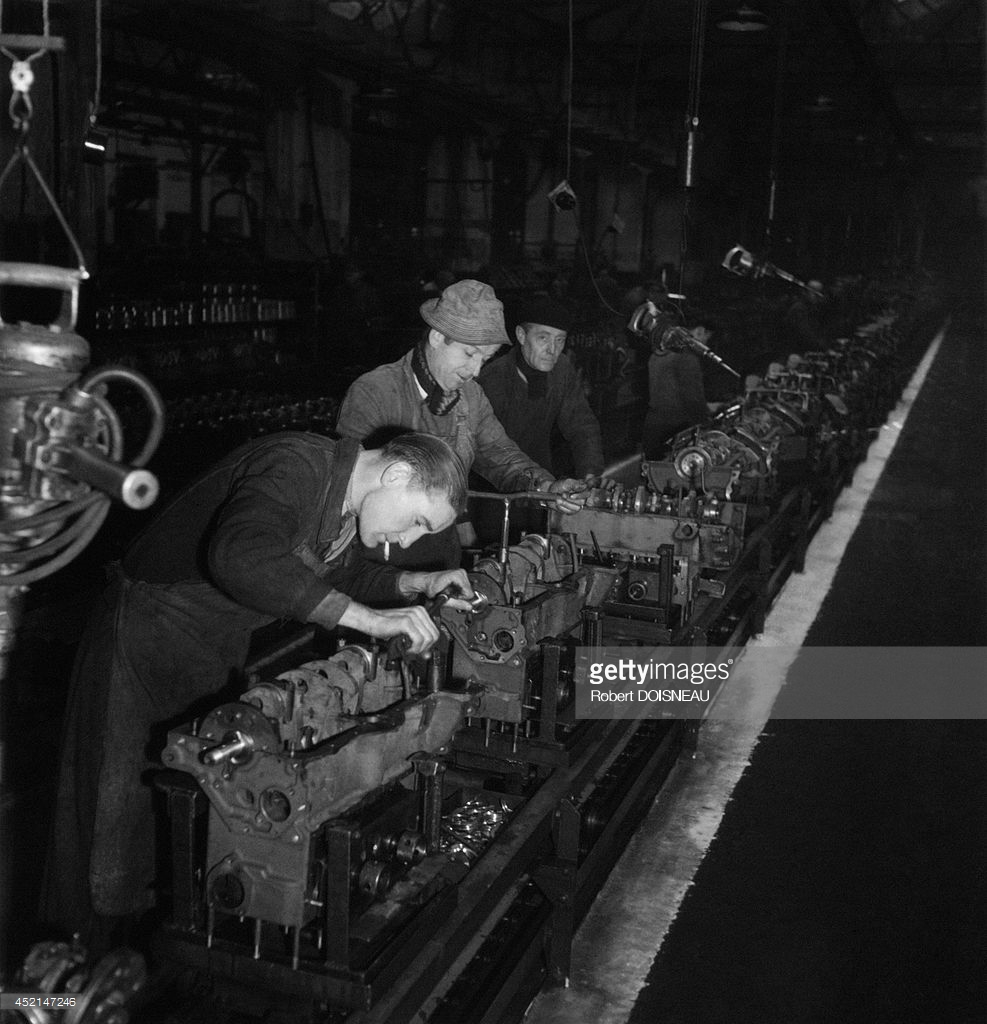 1955. Рабочие на конвейере завода Рено