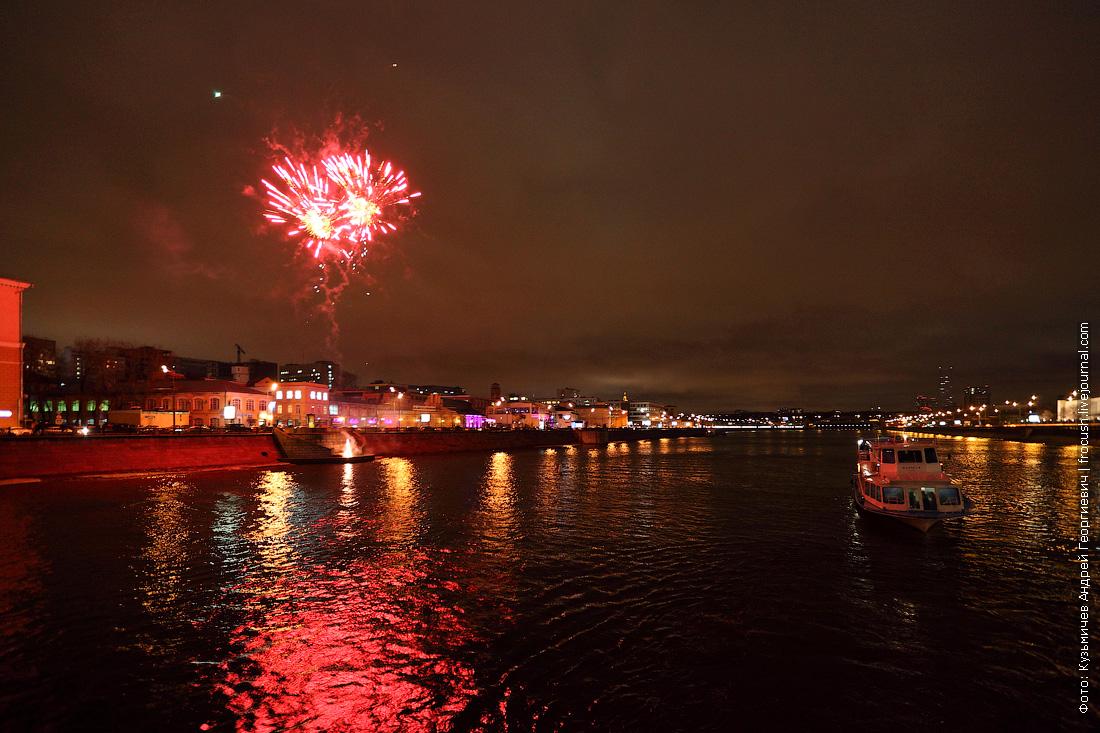 фейерверк в честь открытия малой прогулочной навигации по Москве-реке фото