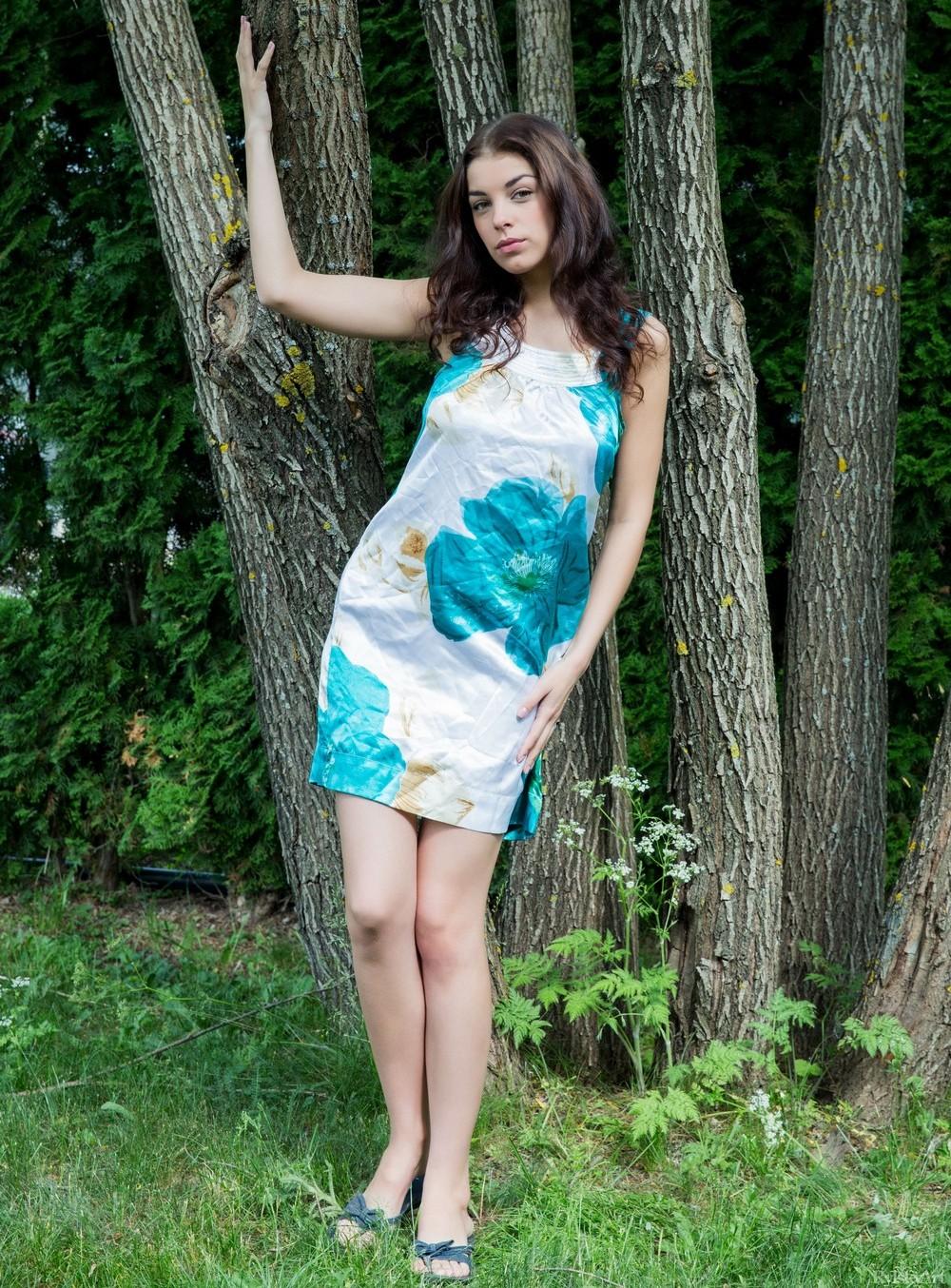 Evita Lima позирует на лесной поляне