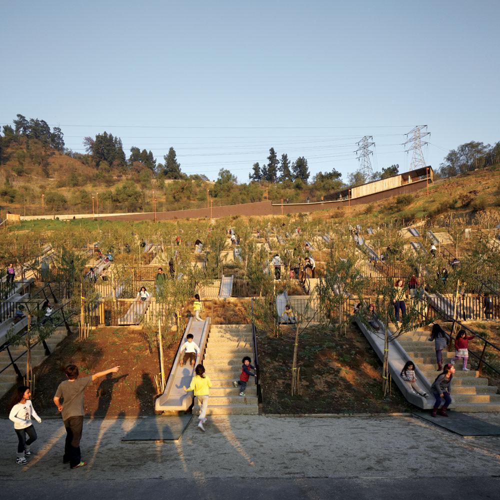 Архитектор превратил неиспользуемые холм в удивительный парк для детей
