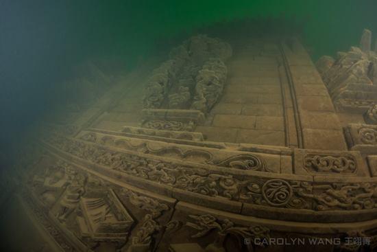 Два древних города, которым более тысячи лет, были затоплены 50 лет назад во время строительства гидроэлектростанции.  Они хорошо сохранились и теперь власти хотят использовать их для туристического бизнеса.  официальная информация Город Суйань начал строиться в 208 году во времена династии Восточная Хань (25 — 220 гг. н.э.). В то время, как первые упоминания о городе Чуньань датируются 621 годом,  во времена правления династии Тан (618 — 907 гг. н.э.).  Подозреваю древние мегалитические города топили Сумервы в том случае, если население пробуждалось от их программы смерти и умело их уничтожать, стирать бесследно с помощью Мыслеформ, с помощью мыслеЛуча.  Жители, все разом начинали видеть реальный мир , насильно навязанный и пытались его уничтожить. Как делались Сумервы вСеленной кто  боролся с Сумервами Селены кто не сдавался Селене   подробно с новой конкретикой в фильме на русском языке    Моя расшифровка рукописи Войнич ufospace  официальная информация Город Суйань начал строиться в 208 году во времена династии Восточная Хань (25 — 220 гг. н.э.). В то время, как первые упоминания о городе Чуньань датируются 621 годом,  во времена правления династии Тан (618 — 907 гг. н.э.).