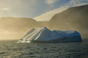 айсберг в туманном закате