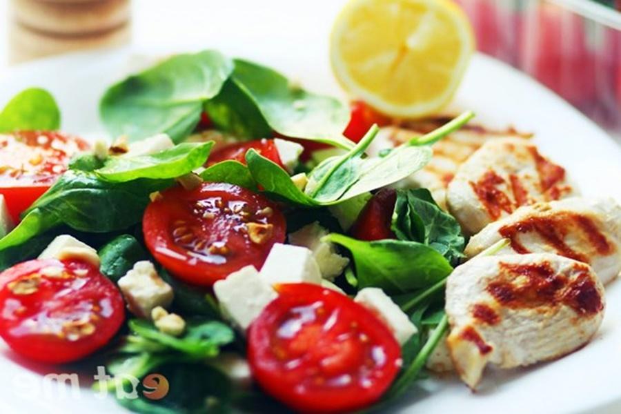 Три салата: «Фантазия», «Весенний» и салат с яйцом