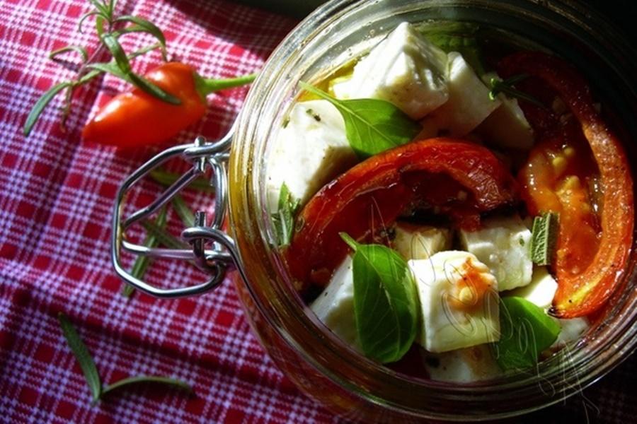 Салат «Минутное наслаждение» с помидорами, брынзой, фисташками