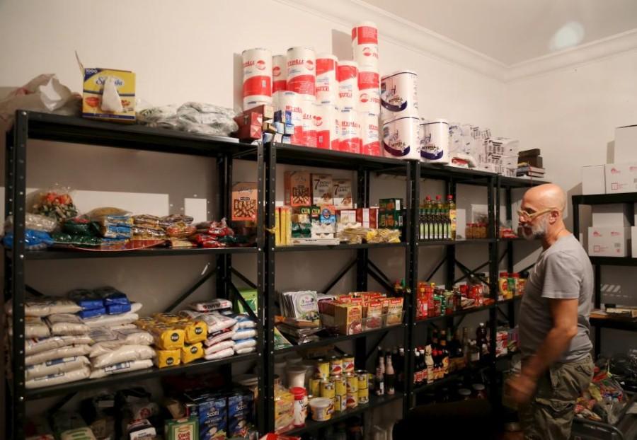 6. Владелец ресторана «La Isabela» Эдуардо Морено осматривает полки с продуктами.