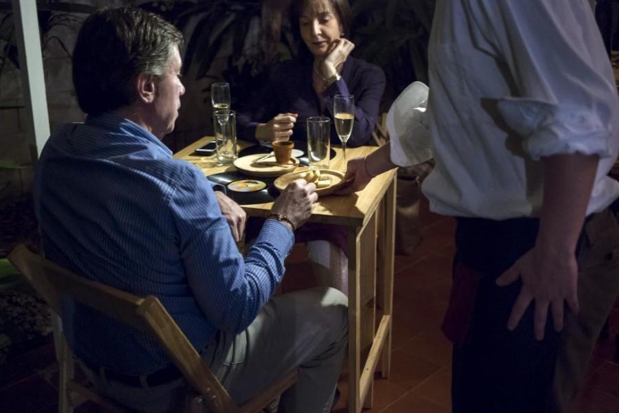 10. Официант разносит заказы в ресторана «Ciboulette Prive» в Каракасе.