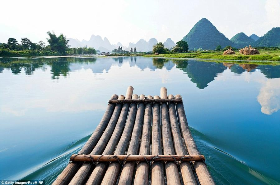 4. Бамбуковый плот плывет по реке Ли на юге Китая. Этот пейзаж изображен на банкноте достоинством 20
