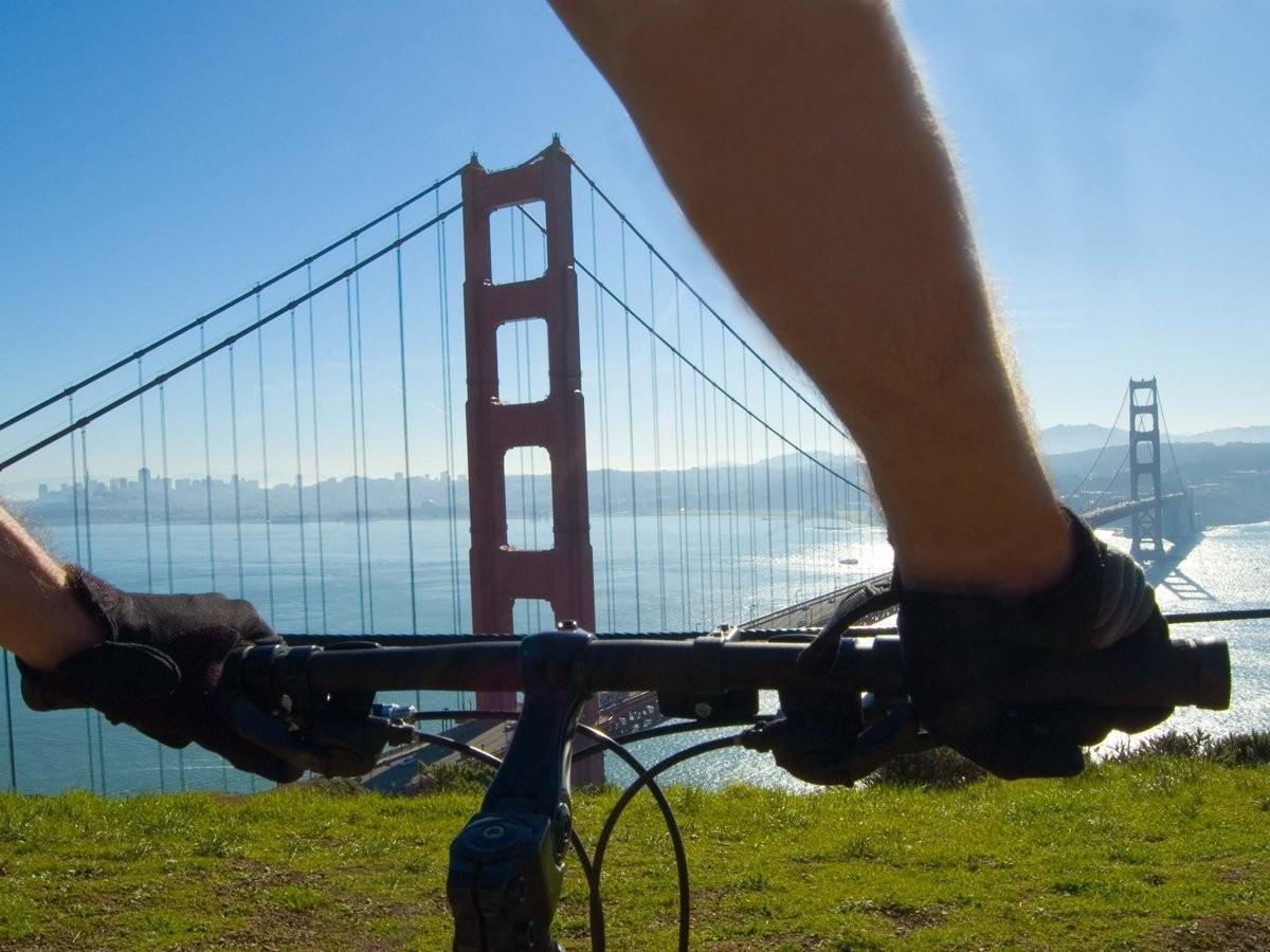 23. Прокатитесь на велосипеде по мосту Золотые Ворота в Сан-Франциско, штат Калифорния, США.