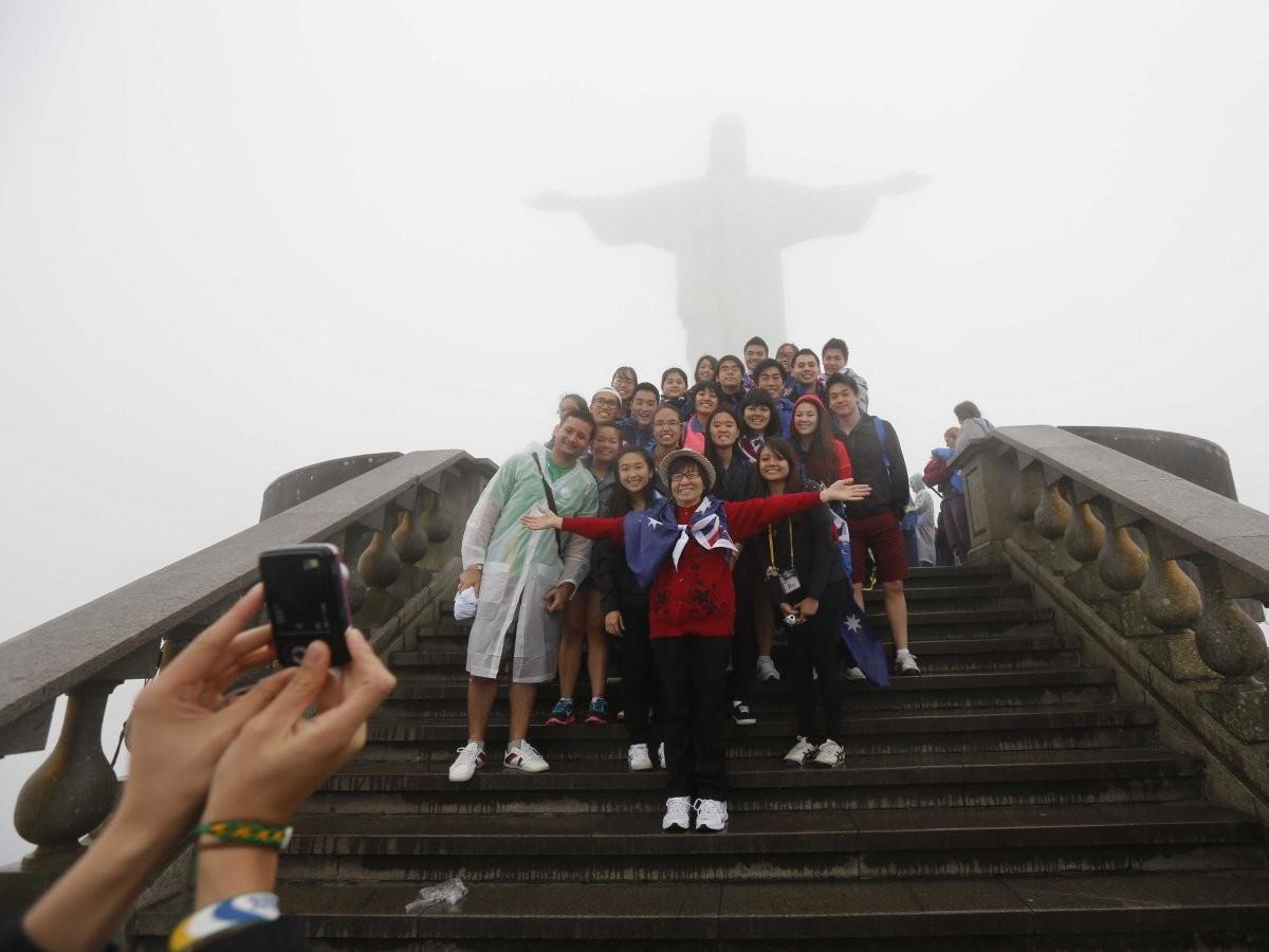 81. Сфотографируйтесь возле статуи Христа-Искупителя на горе Корковадо в Рио-де-Жанейро, Бразилия.