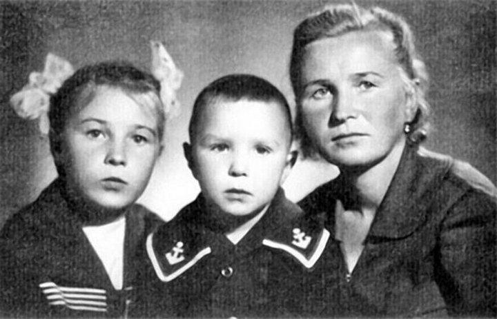 25. Гарик Сукачев с мамой и сестрой