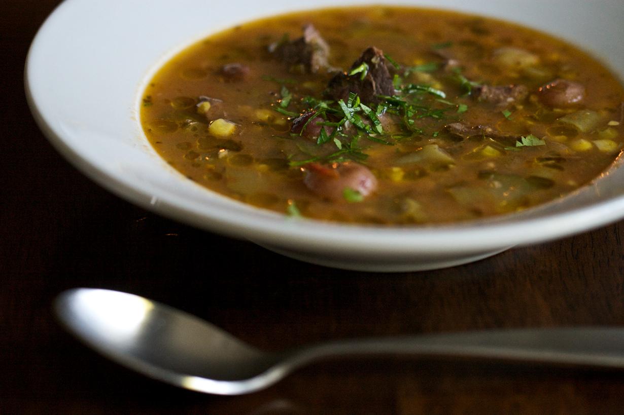В Великобритании считается дурным тоном черпать суп ложкой на себя. (Chiot's Run)
