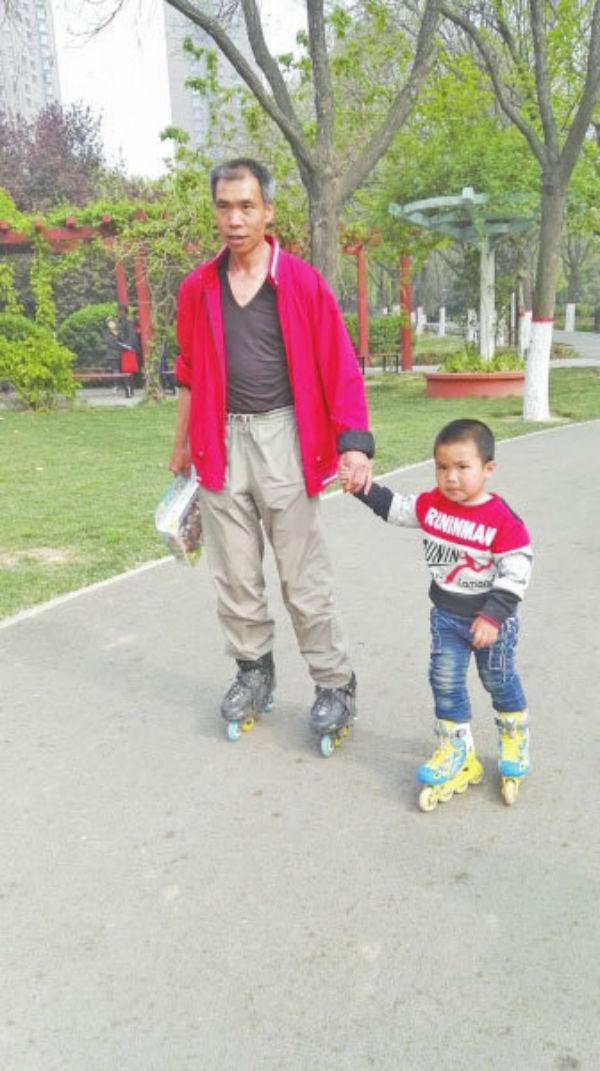 Воспитание по-китайски: 4-летний мальчик проехал более 500 километров на роликах (10 фото)
