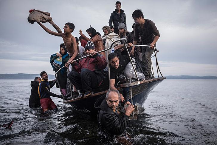 Мигранты подплыли на турецкой лодке к деревне Скала на греческом острове Лесбос. Хозяин лодки достав