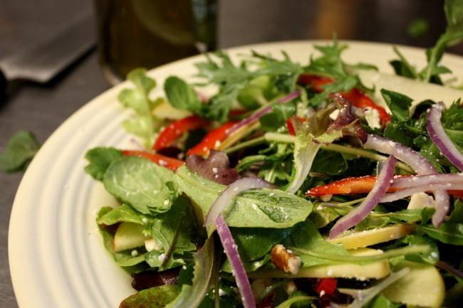 Ингредиенты: 15листьев пекинской капусты 1пучок рукколы 1головка красного сладкого лука 10помидо