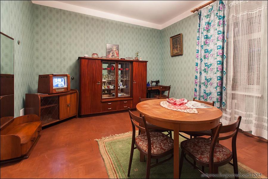 1. На днях посетил необычный ресторан-музей «Квартира Времени». Четыре тематические комнат
