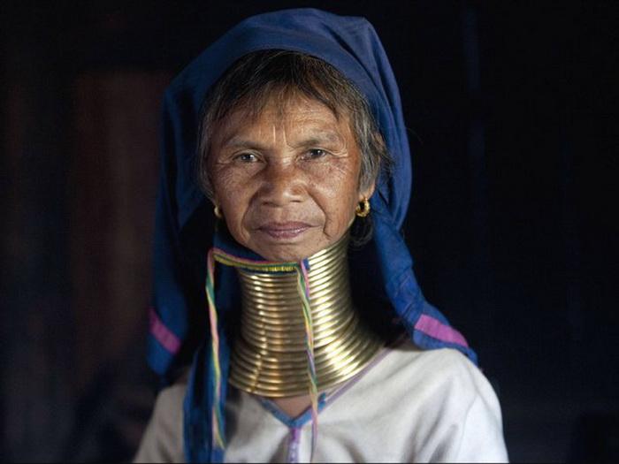 Женская красота глазами жителей племени Kayan заключалась в лебединой шее — главной девичьей гордост