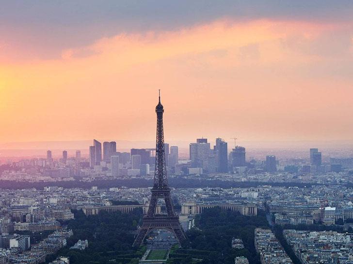 Эйфелева башня сегодня. Сейчас Эйфелева башня привлекает больше туристов, чем какая-либо другая плат