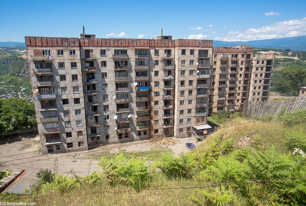 28. Всё напоминает то ли Абхазию, то ли Чернобыль . Представляю зрелище в серую погоду. Кстати