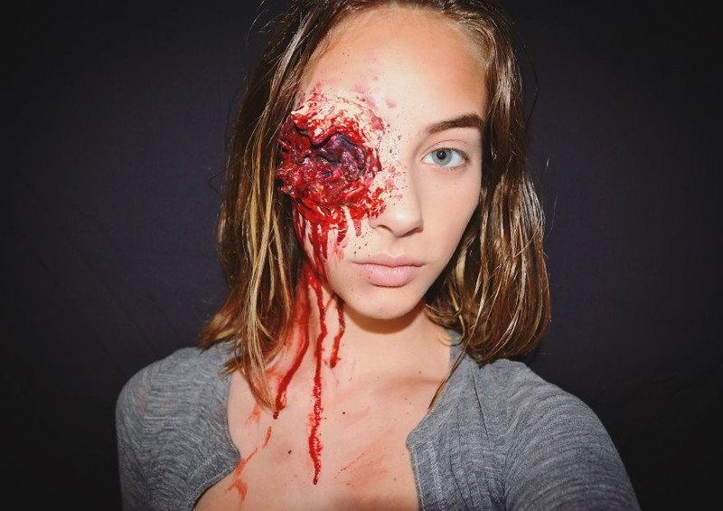 15-летняя девочка мастерски делает самый жуткий макияж