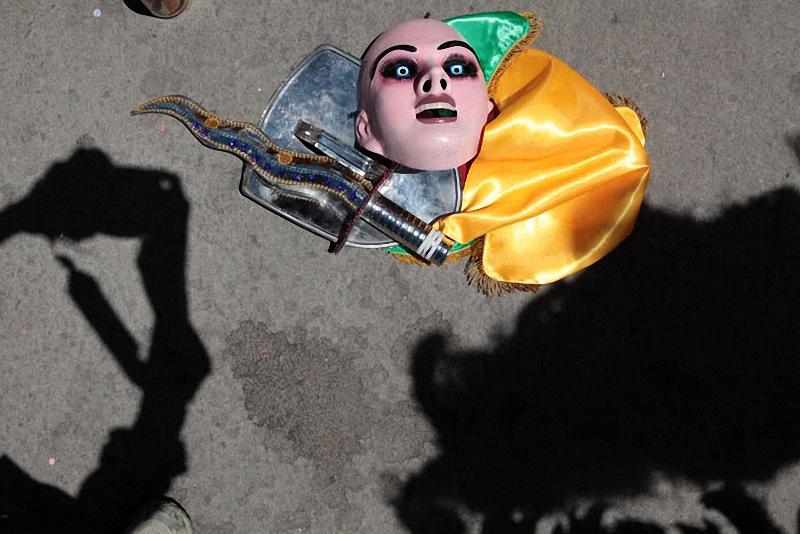 9. Карнавал начинается в 8 утра. Маска архангела лежит на асфальте перед началом выступления первой