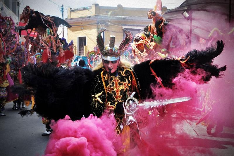 13. Архангел Михаил танцует во главе группы дьяволов.