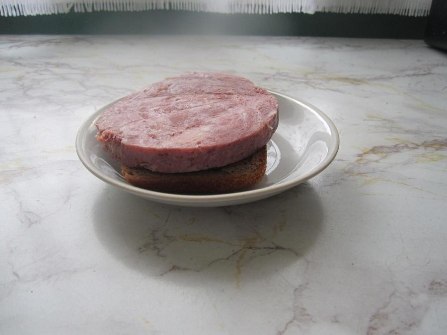 42. Сразу делаю себе большой бутерброд. Люблю горбушки с детства.