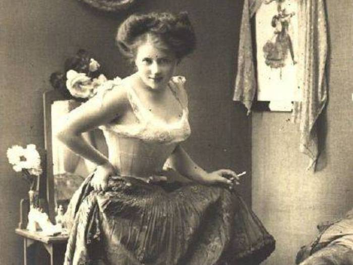 В викторианскую эпоху патриархальный уклад подразумевал, что место женщины должно было находиться то