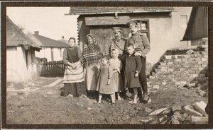 Группа военных и пострадавших жителей дома, разрушенного бомбой, сброшенной 6 декабря 1914 г.