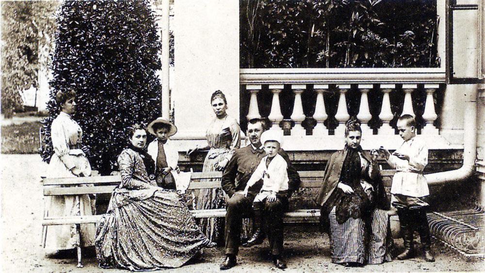 1894-1896. А.В. и П.Н. Трубецкие со своими сыновьями и дочерью.jpg