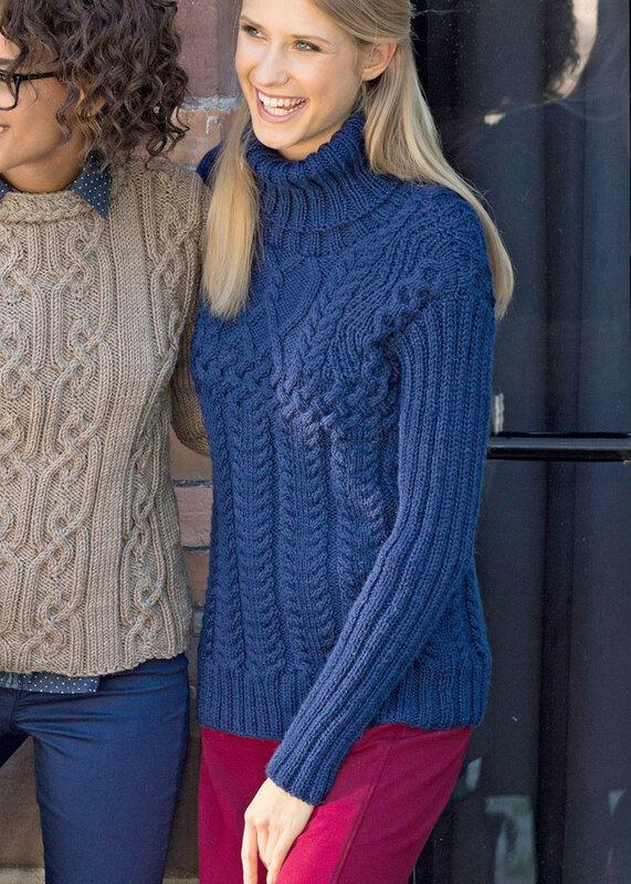 Темно-синий свитер с миксом рельефных узоров. Вязание спицами