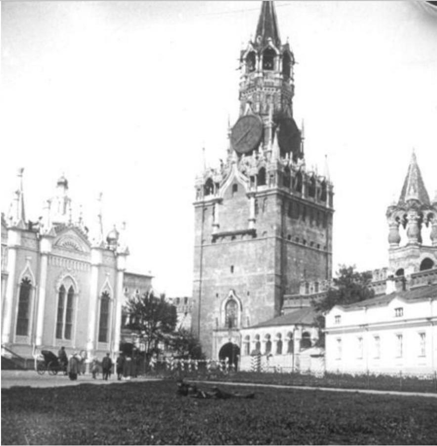 Спасские ворота и Вознесенский женский монастырь в Кремле