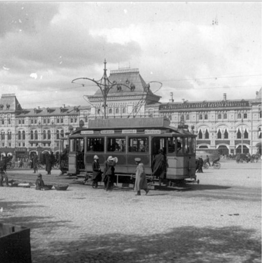 Трамвай на Красной площади на фоне Верхних торговых рядов