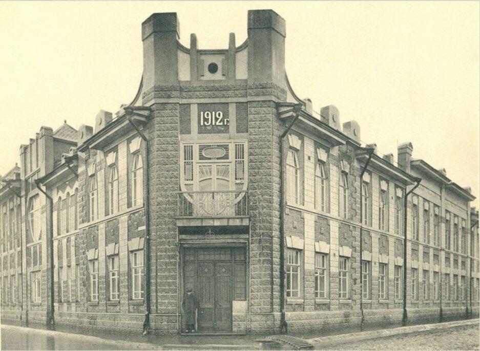 Здание Перовской гимназии