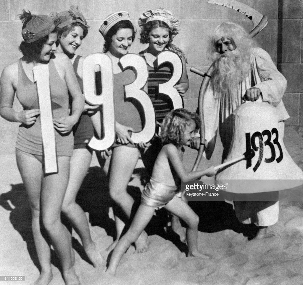 1932. Девушки отмечают Новый год на пляже в Калифорнии