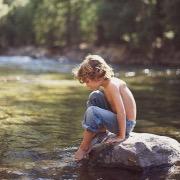 Мальчик у реки