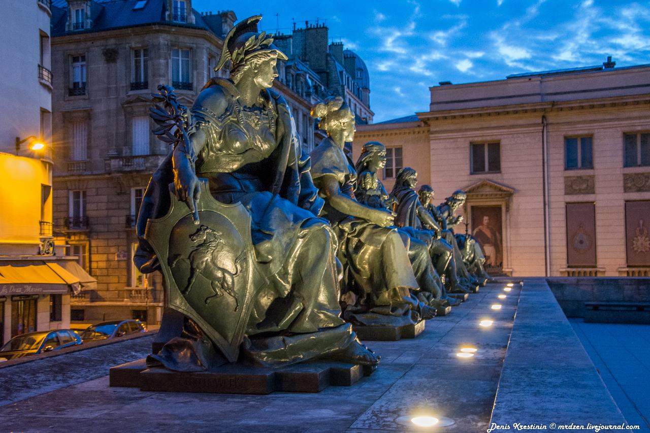 Скучающие скульптуры возле Музея Орсе