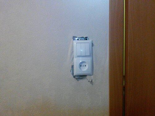 Срочный вызов электрика аварийной службы в квартиру из-за короткого замыкания во время замены блока выключателей