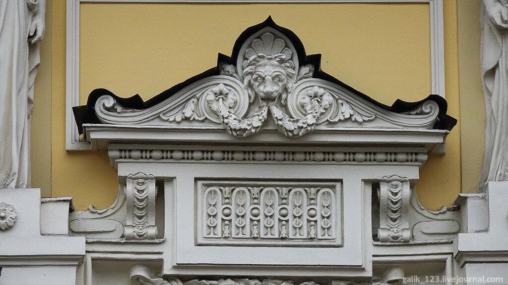 Москва. Дом с кариатидами в Денежном переулке