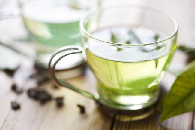 Заменить кофе поможет изеленый чай. Его тонизирующие свойства незря напоминают кофе: взеленом чае