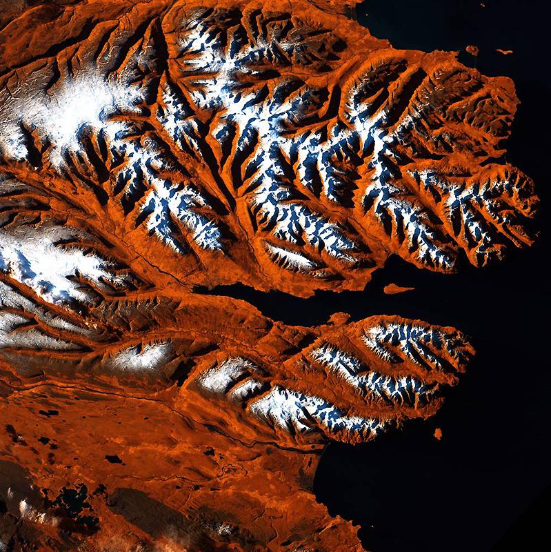 8. Эта полоска исландского северного побережья напоминает голову тигра с оранжевыми, черными и белым