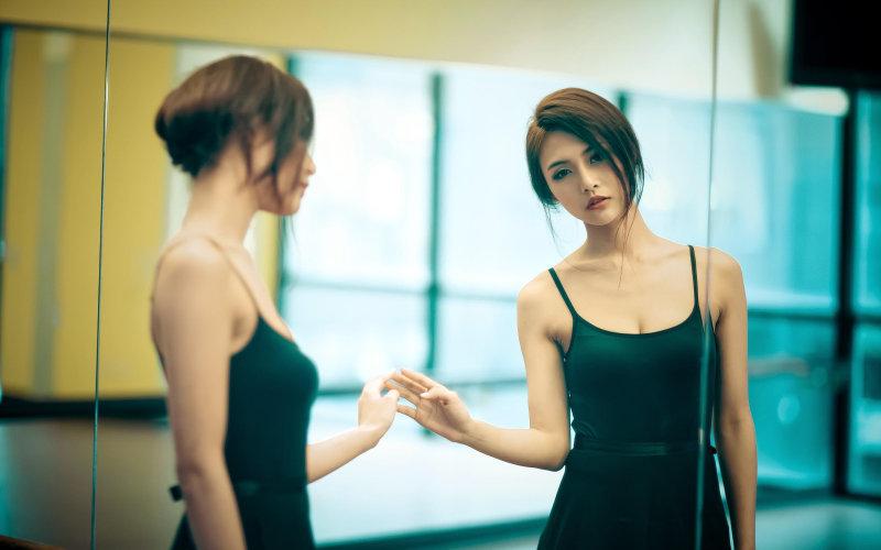 Когда в ванной тепло и влажно, себя не рассмотришь, а после протирания стекло становится мутным надо