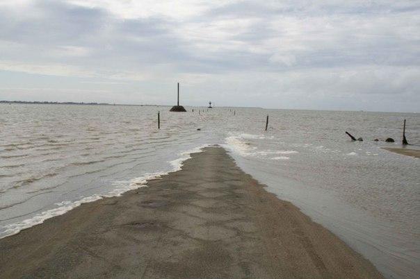 Специально для таких людей сделаны спасательные башни, чтобы они могли дождаться ухода воды. То