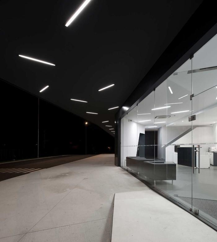 Остановка вмещает 96 автобусов. Стеклянные стены здания отлично вписываются в окружающую среду и про