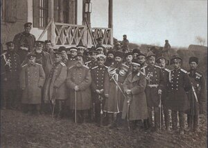 Группа генералов и адъютантов перед резиденцией Александра II в Пордиме, октябрь-ноябрь 1877