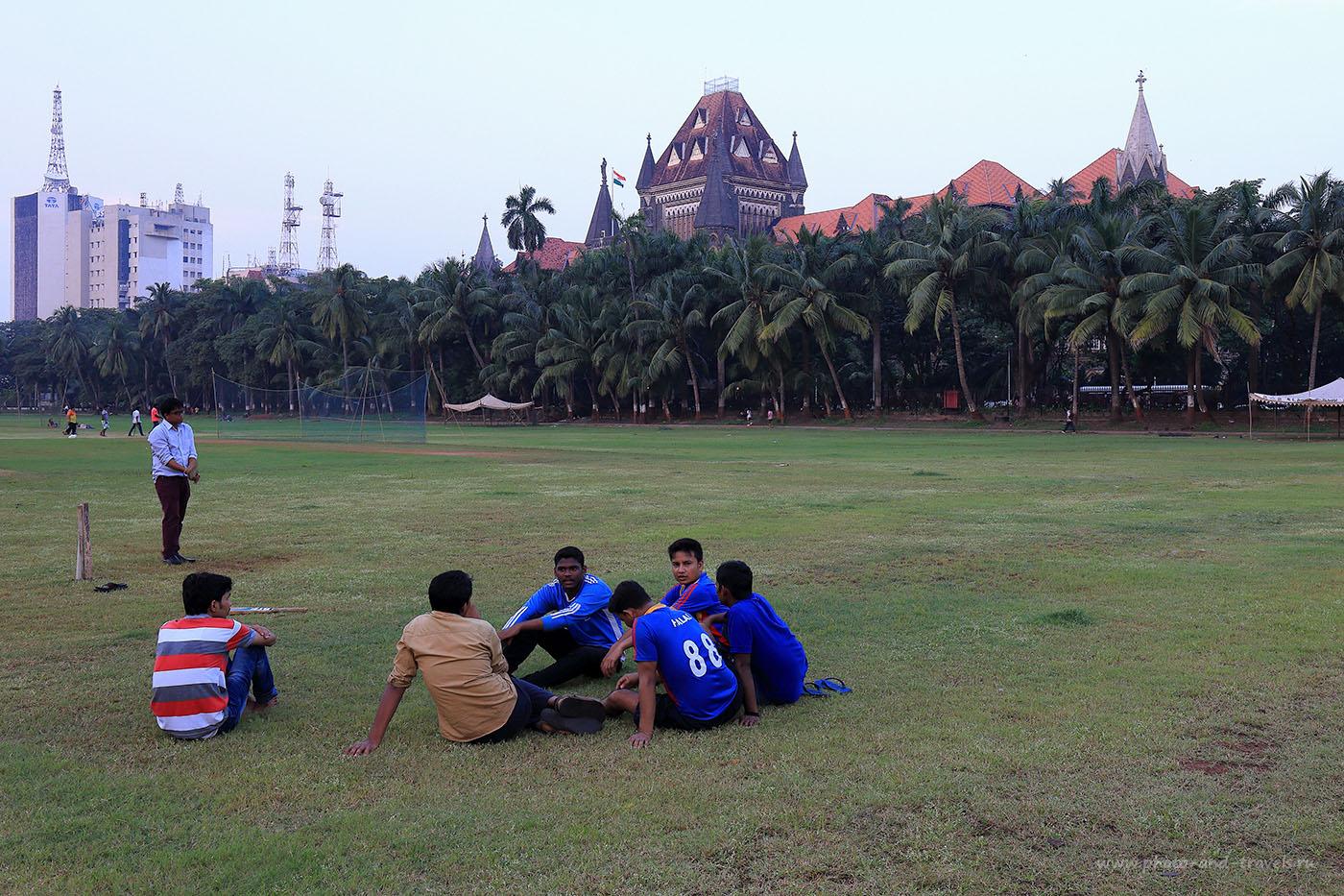 Фотография 33. Отдыхающие на поле игроки. Прогулки по Мумбаи. Отзыв о поездке в Индию. (24-70, 1/20, -1eV, f9, 30 mm, ISO 320)
