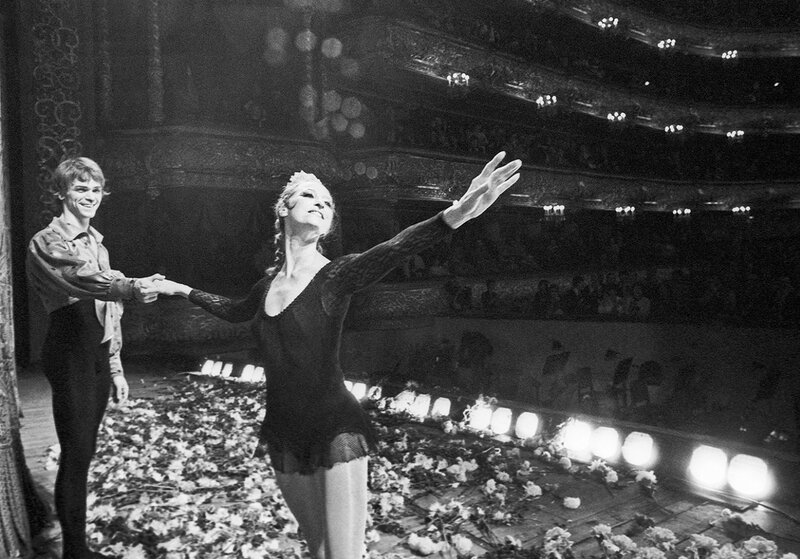 Майя Плисецкая и Виктор Барыкин отвечают на приветствия зрителей после окончания спектакля, 1985 год.jpg
