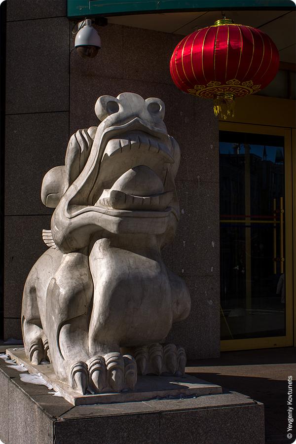 скульптура льва в китайском стиле на входе в гостиницу, Маньчжурия