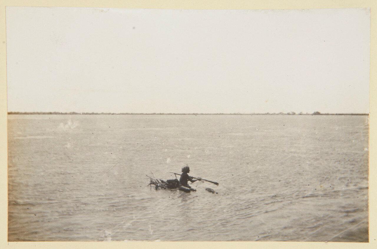 Местный житель плывет по Нилу