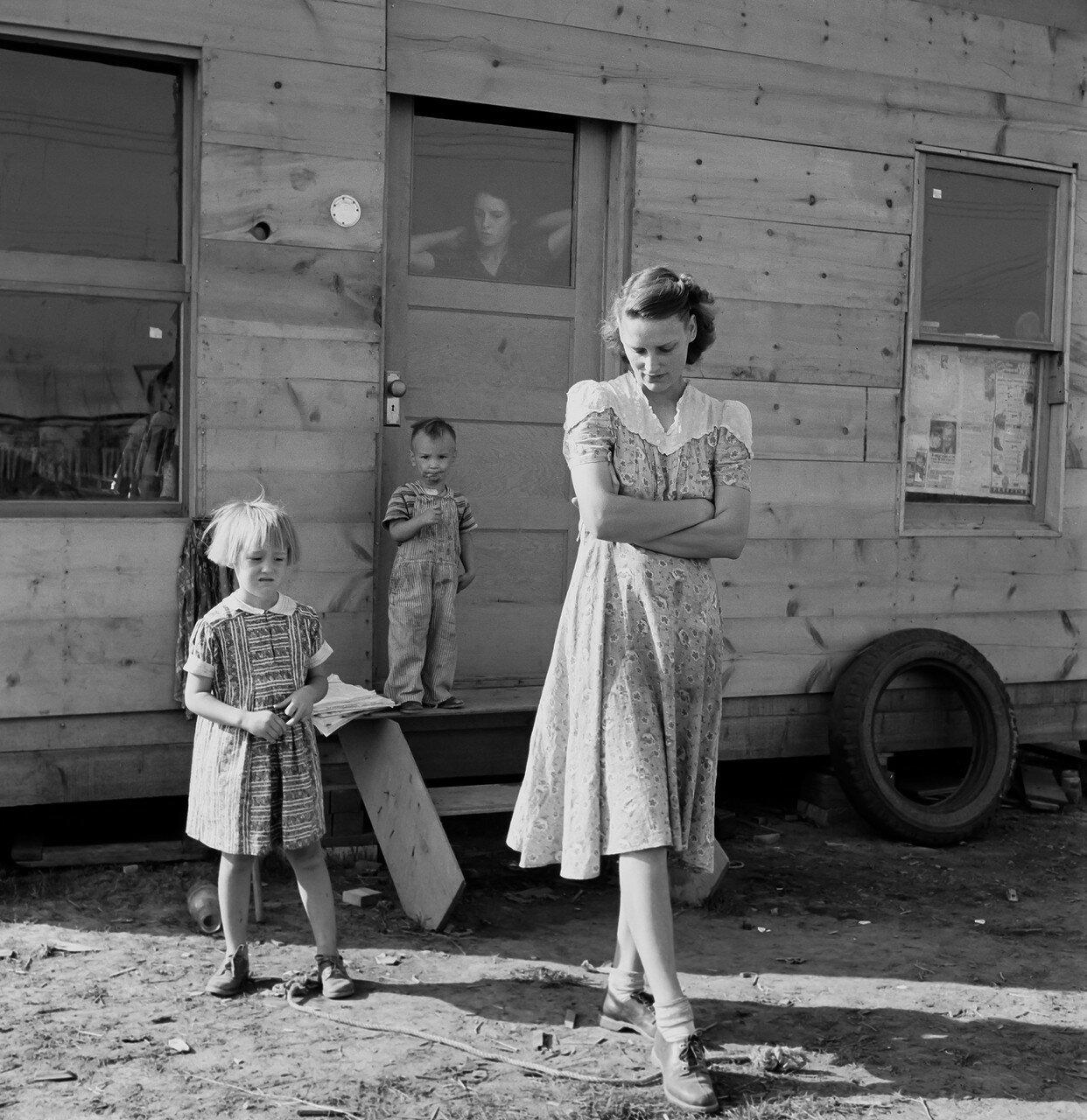 1939. Молодая мать, двадцать пять лет, говорит: «В следующем году мы покрасим дом и посадим цветы». Орегон