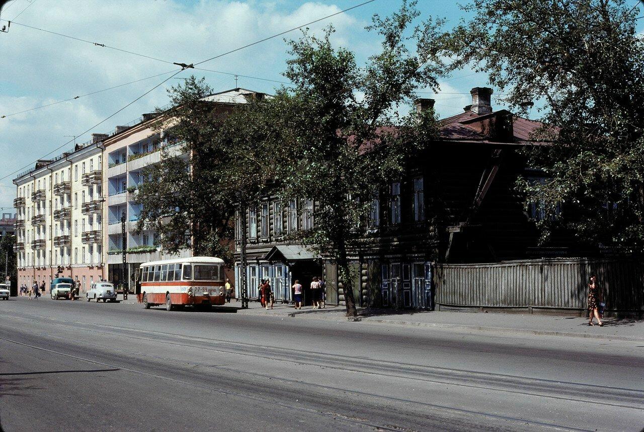 Иркутск. Старое и новое (улица Тимирязева в районе пересечения с улицами Ленина и Седова